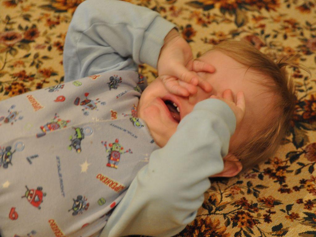 Не перекармливайте малыша, в ином случае он начнёт постоянно просыпаться, плакать из-за ощущения переполненности желудка или страшных снов.